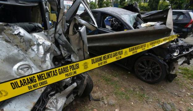 221061_kondisi-mobil-yang-terlibat-kecelakaan-maut-di-km-8-tol-jagorawi_663_382