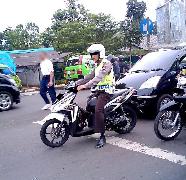 Gaya polisi saat Melanggar Lalu Lintas 3