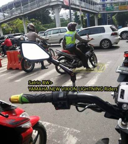 oknum-polisi-langgar-garis-putih-lampu-lalu-lintas