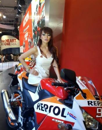wpid-1414818635-lady-biker-cbr-150