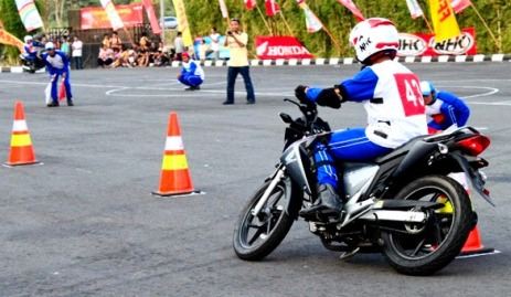 latihan-safety-riding-slalom