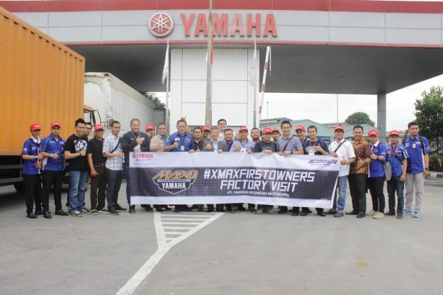 xmaxfirstowners-berfoto-bersama-presiden-direktur-pt-yamaha-indonesia-motor-manufacturing-yimm-minoru-morimoto-dan-gm-after-sales-division-pt-yimm-m-abidin-1