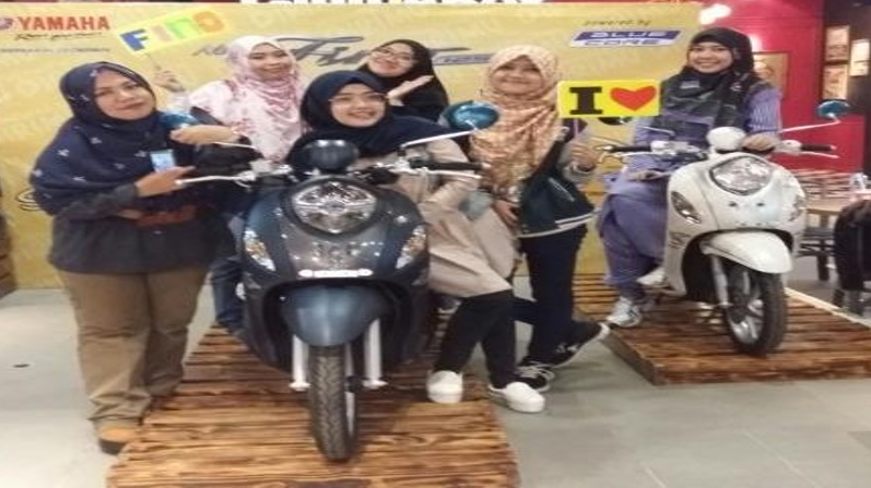 Peserta event New Fino 125 Blue Core Beauty Class dan Safety Riding berfoto bersama Fino Grande