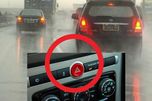 jangan-gunakan-lampu-hazard-saat-kondisi-hujan-W49