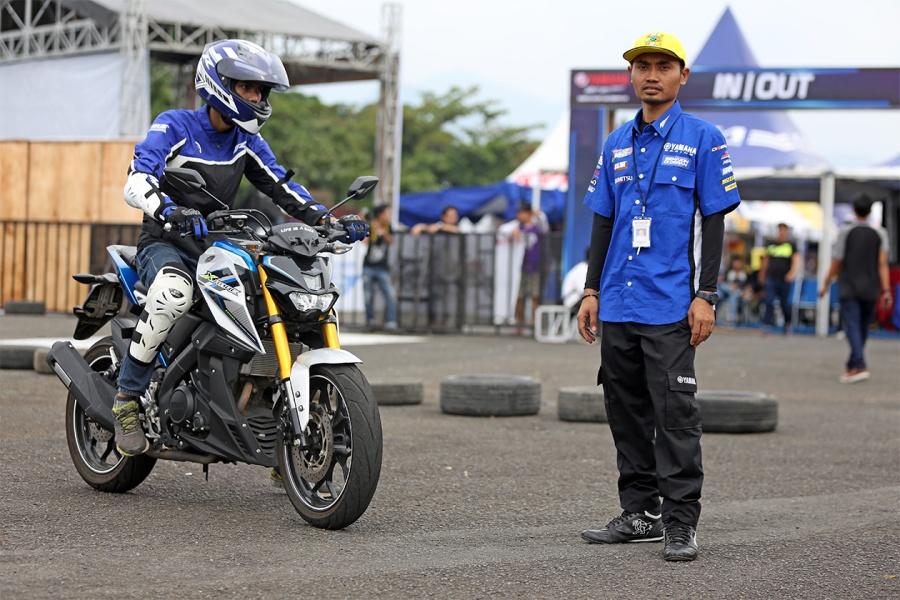 Arief, selaku Instruktur Yamaha Riding Academy PT. Yamaha Indonesia Motor Mfg (PT. YIMM) (Kanan)