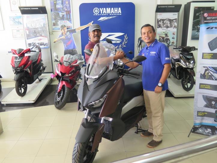 Rizal Nazar (kiri) pemilik pertama XMAX di Bangka