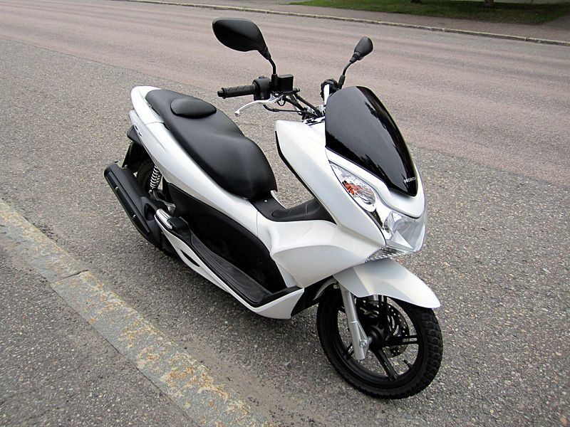 800px-Honda_PCX125_2011_Front