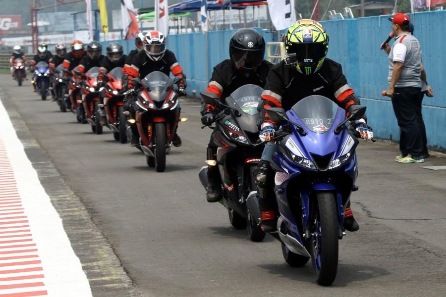 Komunitas dan konsumen dalam victory lap riding All New R15 di ajang Asia Road Racing Championship, Sentul International Circuit 2017 (3)