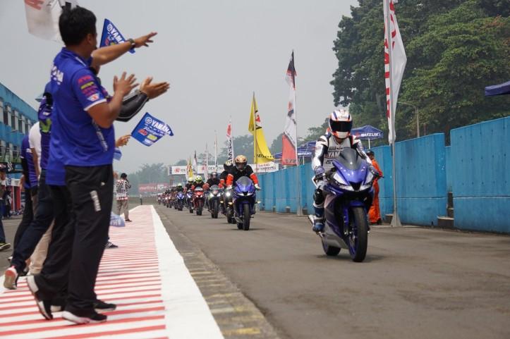 Presiden Direktur PT YIMM Minoru Morimoto (paling depan) bersama komunitas dan konsumen dalam victory lap riding All New R15 di ajang Asia Road Racing Championship, Sentul International