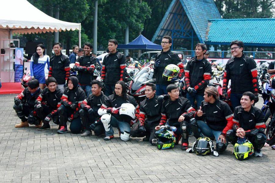 Yuli Suryani bersama komunitas dan konsumen R15 setelah victory lap di ajang Asia Road Racing Championship, Sentul International Circuit 2017