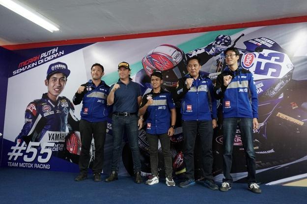 Management PT Yamaha Indonesia Motor Manufacturing (YIMM) dan Pirelli berfoto bersama Galang Hendra (1)