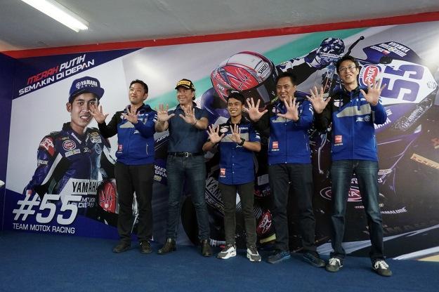 Management PT Yamaha Indonesia Motor Manufacturing (YIMM) dan Pirelli berfoto bersama Galang Hendra (2)
