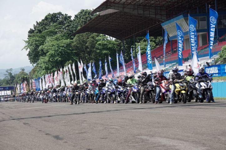 Ribuan komunitas all variants motor Yamaha melakukan victory lap di Sentul International Circuit dalam event seri 1 Yamaha Sunday Race (1)