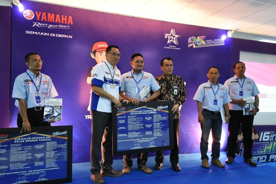M. Abidin bersama Saryadi Guyatno, S.T., M.B.A. Secara Simbolik Memberikan Plakat Kepada Perwakilan SMK