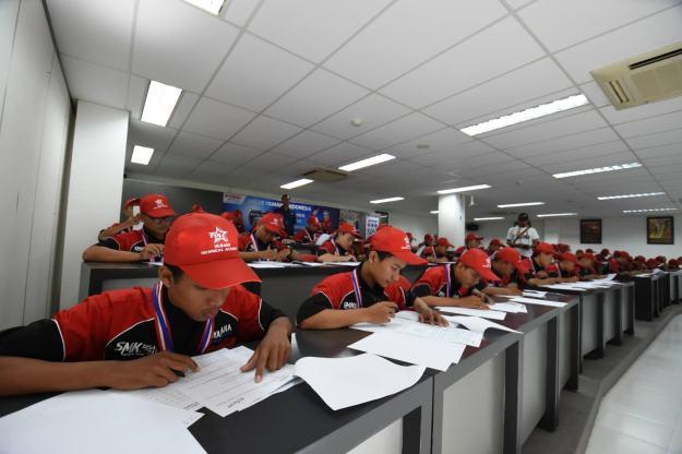 Para Peserta SMK Contest Saat Mengerjakan Ujian Teori